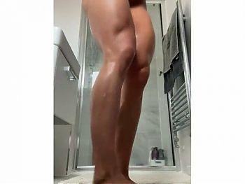 Muscular pornstar does flexing nude cam show